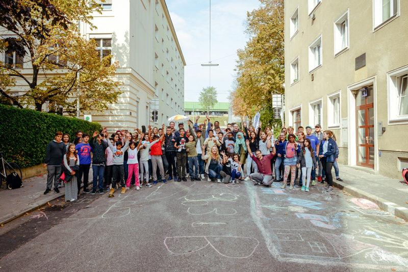 Gruppenfoto der WMS Kauergasse mit SchülerInnen und Lerhpersonal